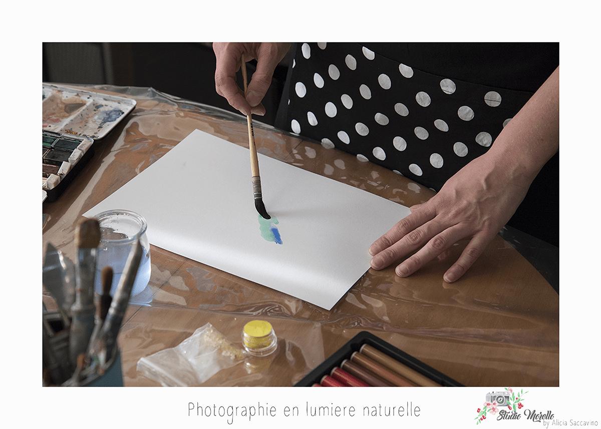 Mains dessinant une aquarelle. Peinture à l'aquarelle.