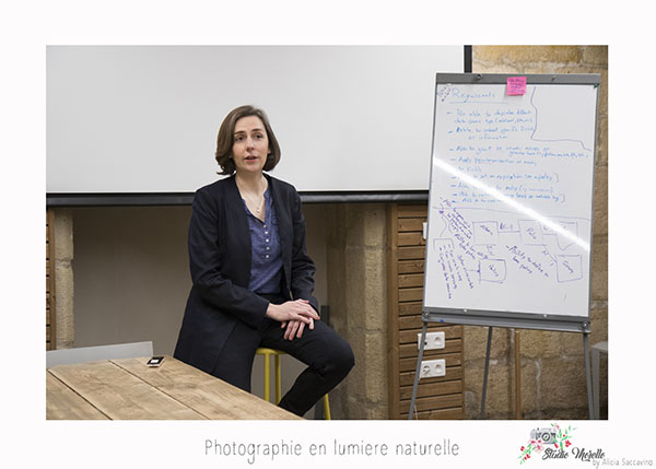 Entrepreneur qui anime une réunion sur le sujet du digital. Réunion d'information en intérieur.